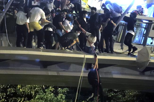 周一晚間,約數百示威者則從連接8期校園的行人天橋上,沿著繩索垂降到漆咸道南天橋的行車路,並搭上接應的電動機車離開。過程中有人手滑墜下受傷,現場險象環生。美聯社