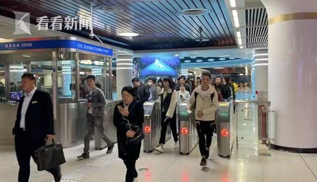 武漢地鐵站在每天工作日早高峰時段廣播提醒乘客吃早餐。(視頻截圖)