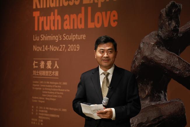中國已故雕塑家劉士銘的「仁者愛人」雕塑藝術展,上周末在華盛頓特區的華盛頓亞洲藝術館開幕,中國駐美大使館參贊兼副總領事李民致詞。(記者羅曉媛/攝影)