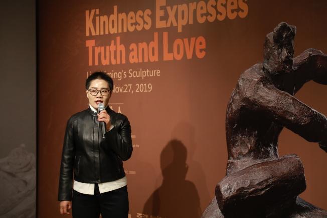 中國已故雕塑家劉士銘的「仁者愛人」雕塑藝術展,上周末在華盛頓特區的華盛頓亞洲藝術館開幕,策展人紅梅致詞。(記者羅曉媛/攝影)