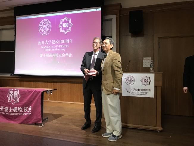 波士頓南開校友會年會,校友會理事文立民(右)向William H. Overholt博士贈送紀念品。(記者俞國梁/攝影)