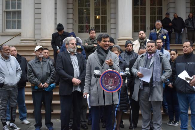 民選官員、出租車業者和社區維權組織在市政廳前集會,呼籲市出租車及禮車管理局採取措施,挽救衰退的電召車行業。(記者和釗宇/攝影)
