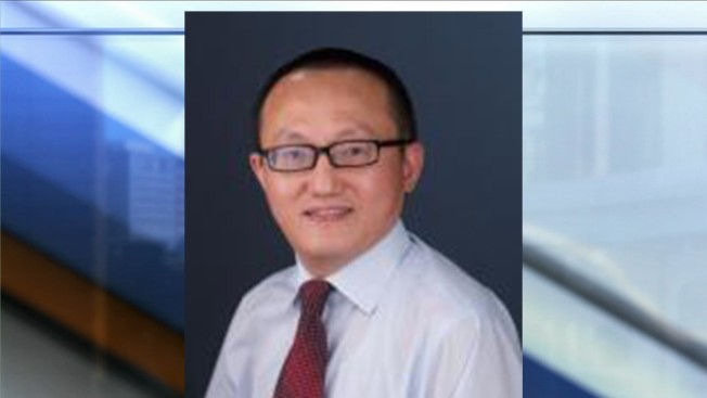 堪薩斯大學研究員陶峰因涉嫌隱瞞為中國福州大學工作而遭聯邦詐欺罪起訴;但他向法庭提交文件聲稱,這些罪名是一位女性訪問學者向他勒索不成而編造的。(KSHB電視台截圖)