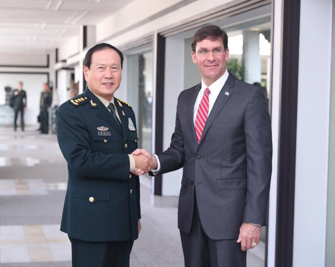 中國國防部長魏鳳和(左)18日會晤美國國防部長艾思博。(中新社)