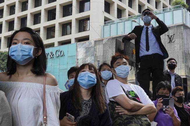 反送中示威者絲毫不理會港府所頒發的禁止蒙面法令。(美聯社)