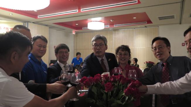 蔡偉逐桌向僑團人士舉杯致意。(記者俞曉菁/攝影)