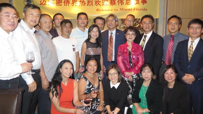中國駐休士頓總領館總領事蔡偉(立者右六)和南佛州僑界人士合影。(記者俞曉菁/攝影)