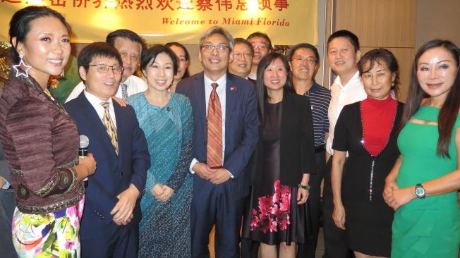 中國駐休士頓總領館總領事蔡偉(左六著西裝者)和南佛州僑界人士合影。(記者俞曉菁╱攝影)