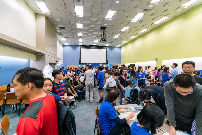 中國駐休士頓總領事館在邁阿密岱德學院現場辦公,為僑民提供護照等證件申報服務一景。(顏耀陽提供)