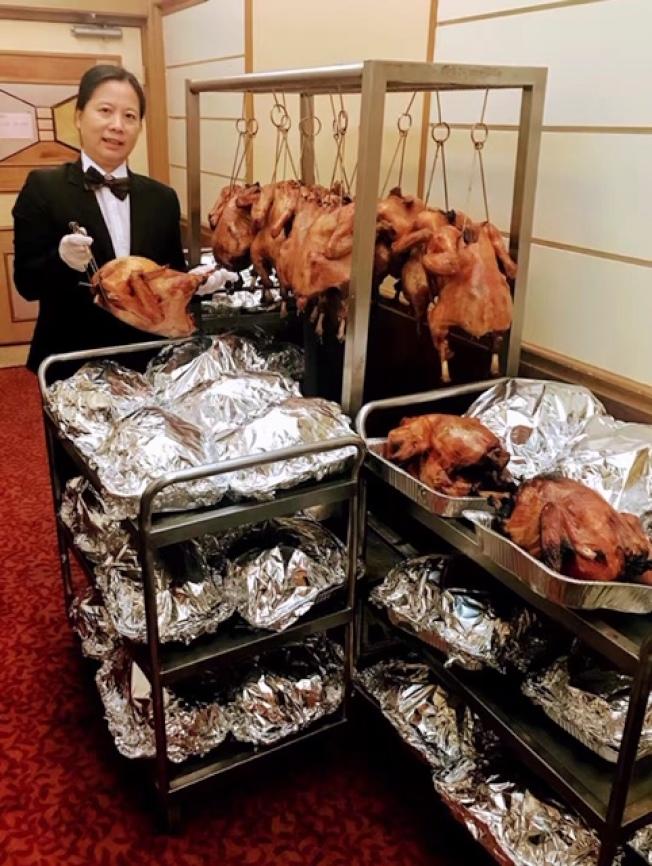 民衆提前過節,大型華資餐館今年火雞出爐比往年更早,部分中餐館目前已開始每天上市烤火雞。(記者楊青/攝影)
