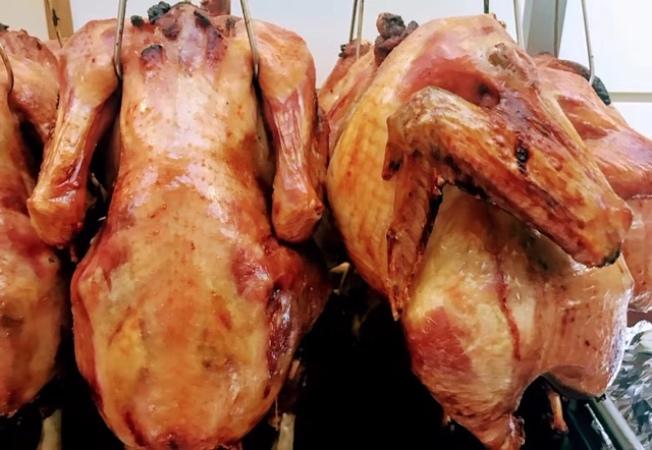 部分華資餐館今年提供「來雞加工」,幫民衆加工生鮮火雞,大大方便獲送生鮮火雞不知從何著手的民眾。(商家提供)