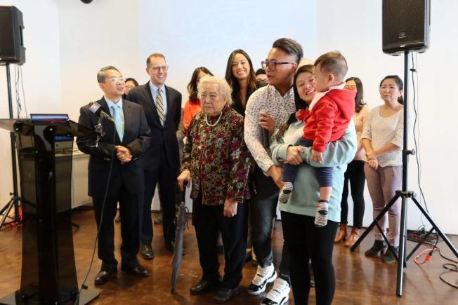 吳屏享(白髮者)在孫子及重孫的陪同下,分享自己的就醫經驗。(記者張晨/攝影)
