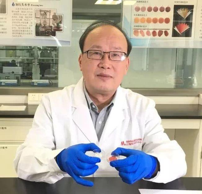 周光宏教授展示中國第一塊人造培養肉。(取材自國家肉品中心微信公眾號)