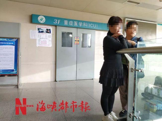 女大生的母親(黑衣)傷心欲絕,整日守在重症監護室外。(取材自海峽都市報)