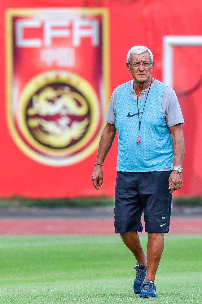 在11月14日進行的世預賽40強賽上以1:2不敵叙利亞隊後,里皮宣布辭去中國國家男子足球隊主教練職務。這是他在2019年年初亞洲杯後,再一次宣布辭去國足主帥。圖為10月5日,里皮指導中國國家男子足球隊在廣州進行集訓。(中新社資料照片)