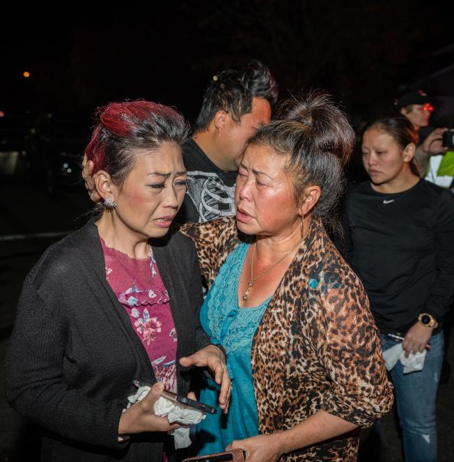 加州佛萊斯諾市17日晚發生派對槍擊事件,造成四死六傷慘劇,家屬在現場哀傷不已。(歐新社)