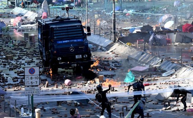 11月17日,在香港理工大學外,示威者縱火、打砸並和警方對峙。新華社