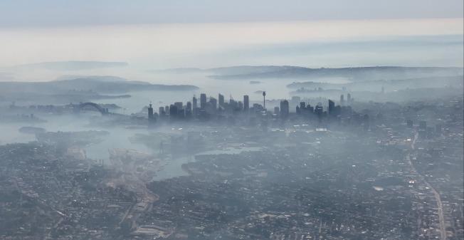 澳洲新南威爾斯省野火持續肆虐,加上昨晚強風吹襲,使得澳洲最大城市雪梨19日一早就籠罩在一層厚厚的霧霾之下,空氣品質達「危險」程度。當局呼籲人們盡量待在室內避免劇烈運動,患有呼吸道疾病的民眾需格外小心。路透