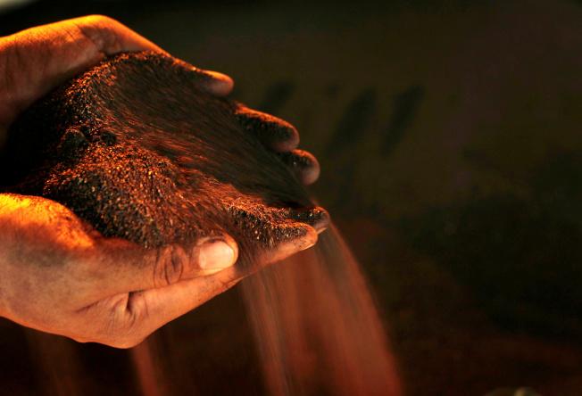 國際鎳價正接近熊市邊緣,主因交易所庫存持續增加,緩解鎳的供給疑慮,導致鎳價崩跌。路透