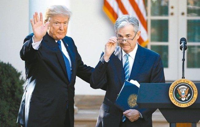 川普(左)今年來第二度與Fed主席鮑爾會面。圖為資料照。 (路透)