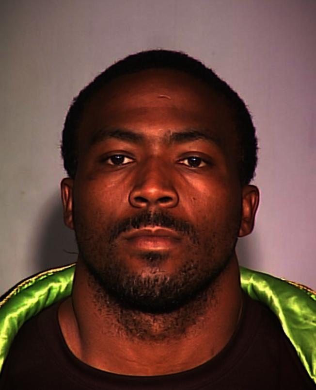 一名非洲裔男子因涉嫌攻擊他人而被警方追捕。(市警提供)