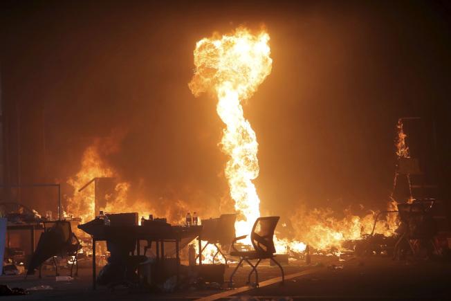 反送中示威者18日放火在理工大校園與警方對峙,警方則施放催淚彈與橡皮子彈,鎮壓示威者。(美聯社)
