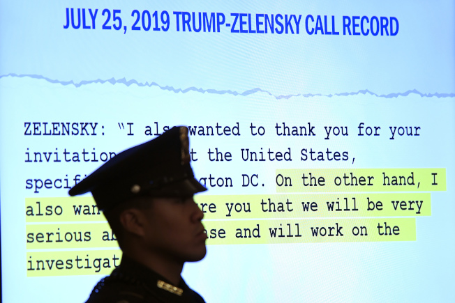 副總統潘斯的助理威廉斯作證時,投影打出川普和烏克蘭總統澤倫斯基的電話紀錄。(美聯社)