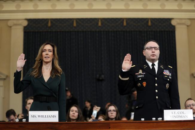 副總統潘斯的助理威廉斯(左)和國安會幕僚維德曼在眾院彈劾調查公聽會上宣誓。(美聯社)