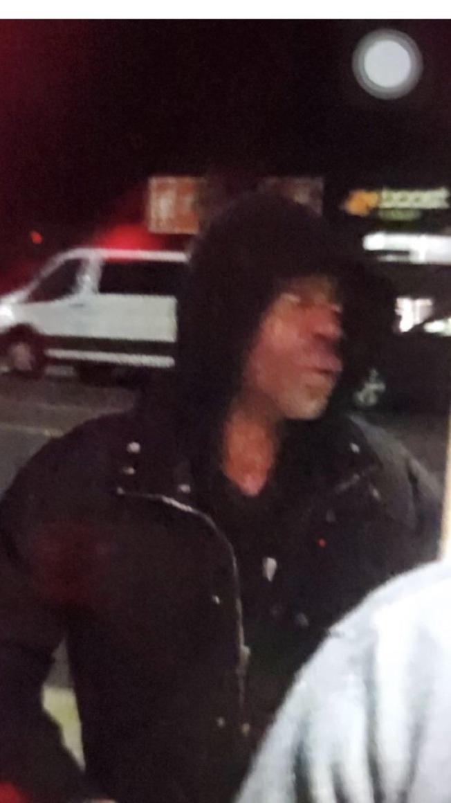 該男子涉嫌一天內兩次搶劫法拉盛的一家藥妝店。(警方提供)