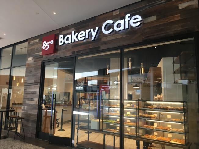 世紀城購物中心餐飲店選擇多,來自台灣的85度C麵包店也入駐。(記者謝雨珊/攝影)