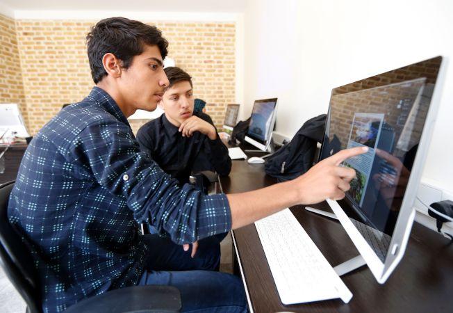 若你想當個自由工作者,目前需求最大的三種技能是數據分析、擬助理程式設計和微軟Office軟體操作。(Getty Images)