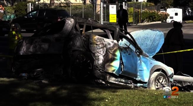 車禍撞上大樹後起火。(CBS視頻截圖)