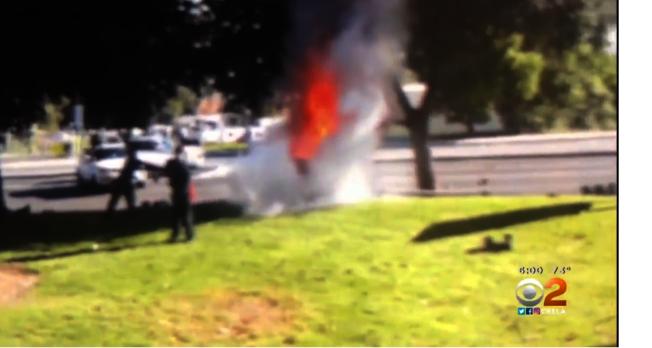 目擊者拍攝的眾人救火視頻。(CBS視頻截圖)