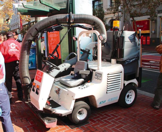 清潔聯合廣場的大型吸塵清掃機器。(記者李晗╱攝影)