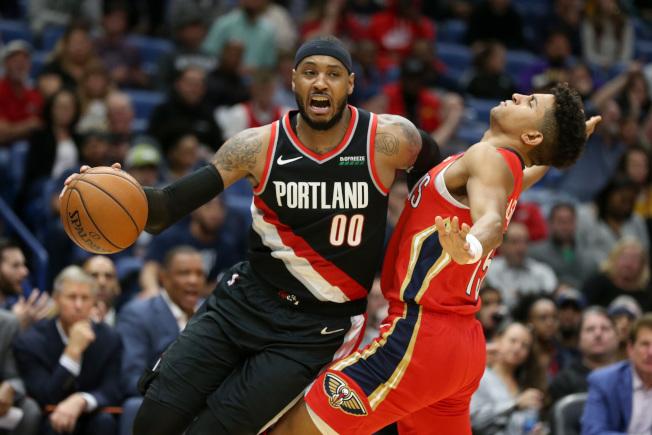 睽違1年重返NBA賽場,「甜瓜」安東尼披上拓荒者00號戰袍先發迎戰鵜鶘,拿下10分。(路透)
