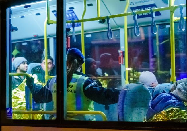 偷渡者被一輛巴士載走,有兩人可能體溫過低,送醫接受進一步治療。(歐新社)