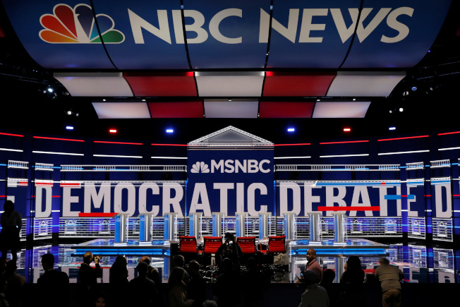 民主黨總統參選人第五輪辯論20日在亞特蘭大舉行,圖為工作人員為十名參選人布置講台。(路透)