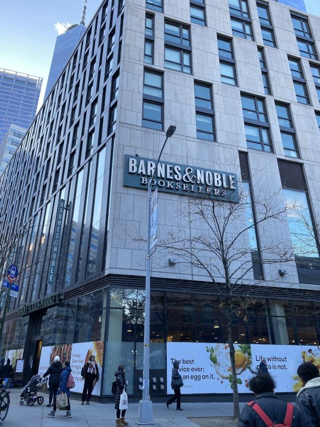 與莫瑞街111號一街之隔就有「Whole Foods」和「Barnes & Noble」。(記者金春香/攝影)