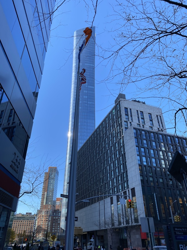莫瑞街111號地處哈德遜河沿岸,792呎的摩天大樓直聳雲霄。(記者金春香/攝影)