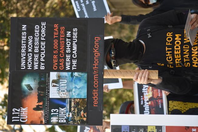 連日來香港警察進入中大及理大兩所大學鎮壓,促使美國聯邦參議院加快通過香港人權及民主法案。(記者李秀蘭/攝影)