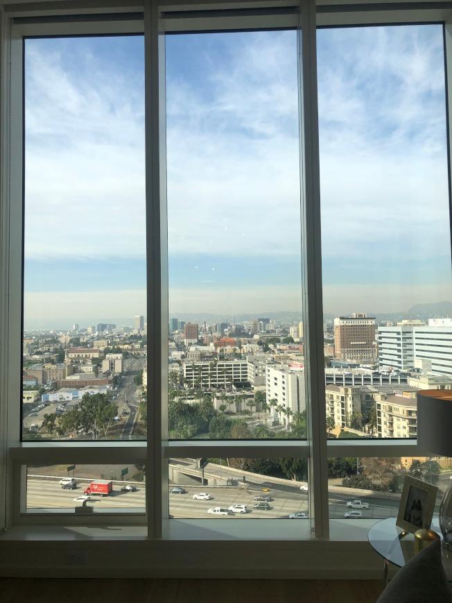 窗外是城市風景。(記者張宏/攝影)