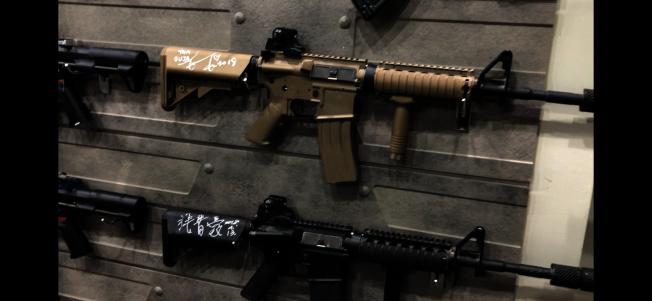 有林俊傑簽名的氣槍。(記者王若然/攝影)32