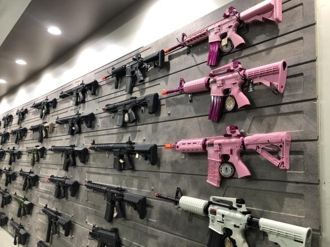展覽室的氣槍。(記者王若然/攝影)