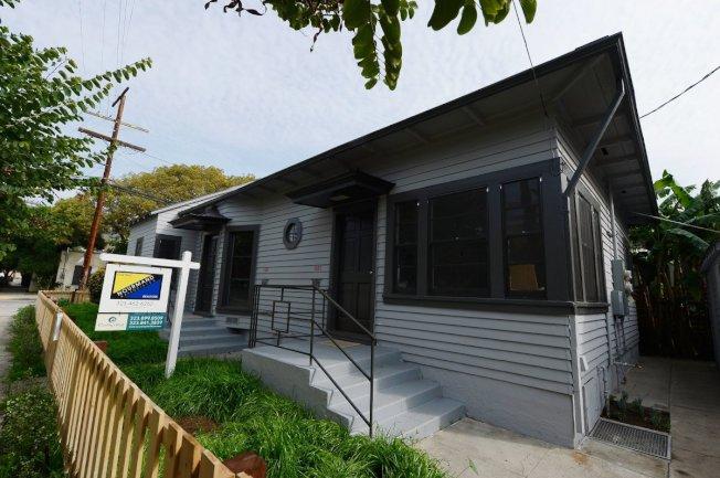 在洛杉磯縣想買房,年收入起碼要在12萬7200元以上才買得起。(KTLA電視台)
