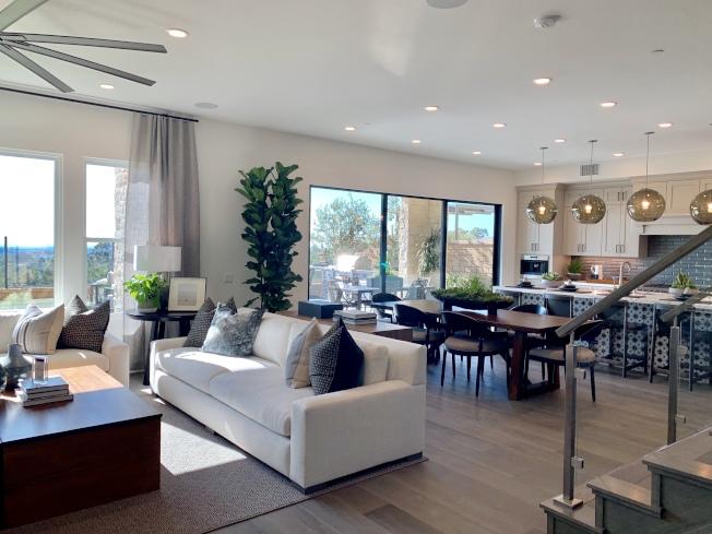結合客廳、廚房、飯廳三種用途的開放空間,可直通陽台與後院,顯得明亮且寬敞。(本報記者/攝影)