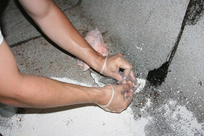根據套裝指示,收集石棉樣本寄回實驗室可獲得監測結果。(取自Amazon網站)