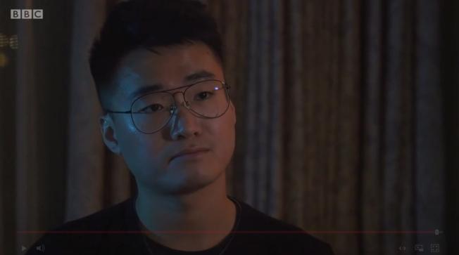 英國駐香港總領事館職員鄭文傑接受BBC等外媒專訪,控訴今年8月在中國被拘留15天時,「秘密警察」對他刑求逼認「嫖娼」,還要他承認自己是英國煽動香港反送中示威的首腦。(截自影片)