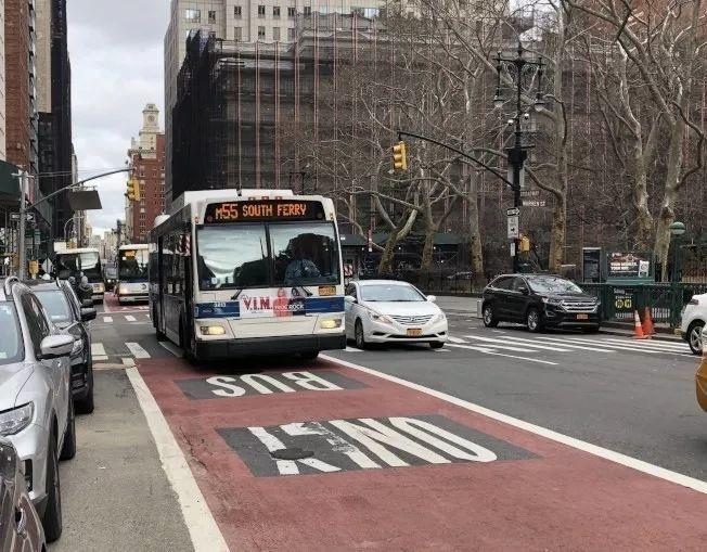 交通組織判分市警占用公車道執法「不合格」,批警察為交通阻塞最大障礙。圖/取自推特