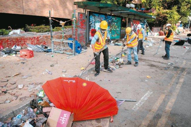 香港理工大學周遭已被警方控制,清潔工人昨天開始打掃理大周遭道路,警方希望近日恢復紅磡海底隧道交通。 (Getty Images)