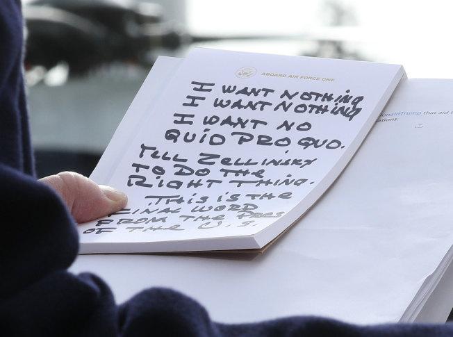 從另一個角度看川普總統的紙條寫了什麼。(Getty Images)